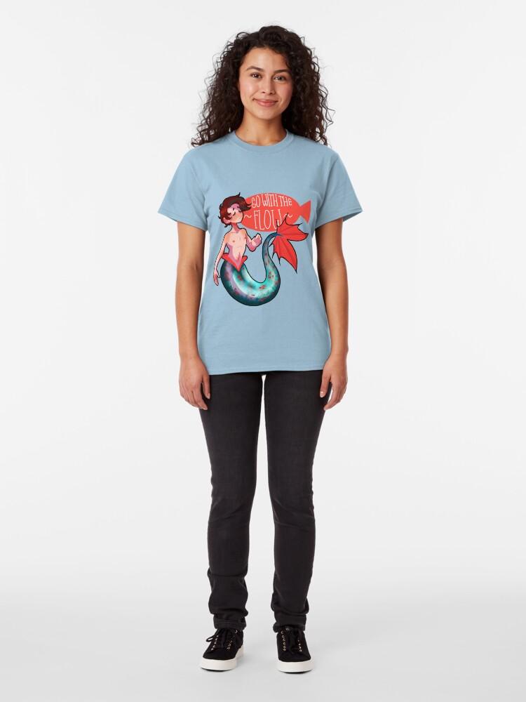 Vista alternativa de Camiseta clásica Ir con el flujo Merman