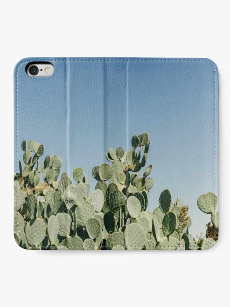 Alternative Ansicht von Großer stacheliger Birnen-Kaktus gegen blauen Himmel iPhone Flip-Case