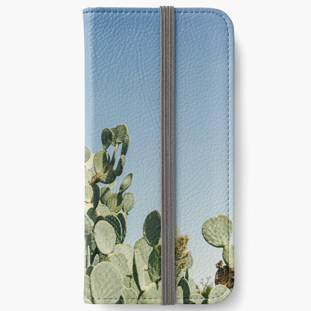Großer stacheliger Birnen-Kaktus gegen blauen Himmel iPhone Flip-Case
