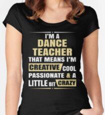 Camiseta entallada de cuello ancho Soy un profesor de baile, eso significa que soy creativo, apasionado y un poco loco.