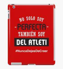 No Solo Soy Perfecta, También Soy Del Atleti (Mujer) iPad Case/Skin