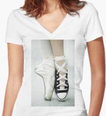 Converse / Spitzenschuh Tailliertes T-Shirt mit V-Ausschnitt