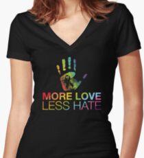 Camiseta entallada de cuello en V Más Love Less Hate, Gay Pride, LGBT