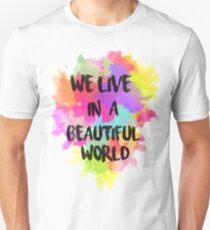 Camiseta ajustada Vivimos en un mundo hermoso de acuarela