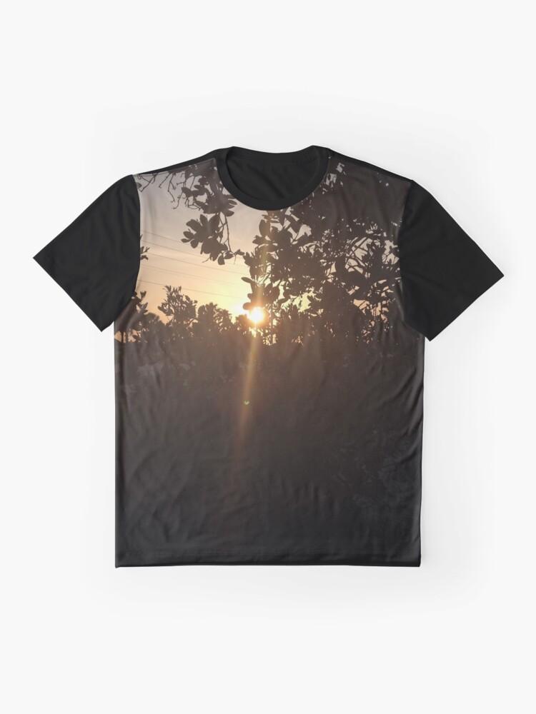 Alternative Ansicht von Sonnenuntergang durch die Bäume Grafik T-Shirt