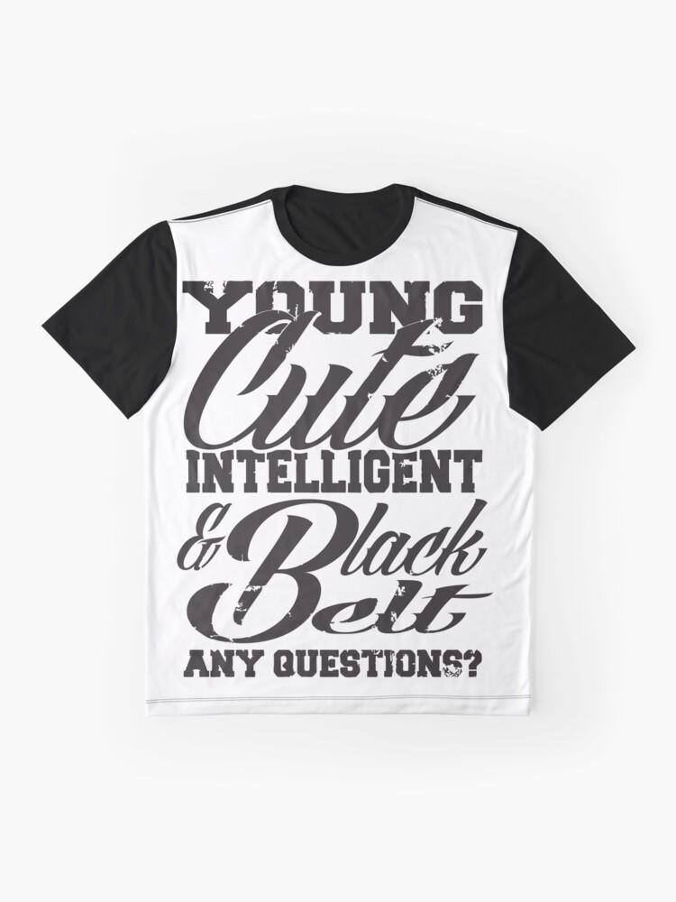 Vista alternativa de Camiseta gráfica Joven linda inteligente y cinturón negro