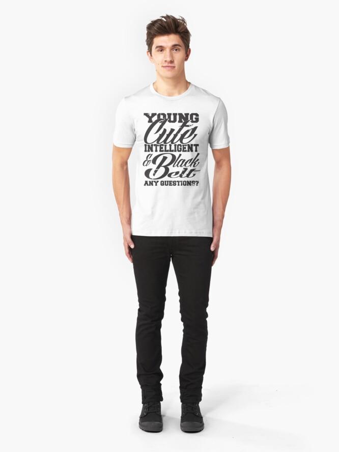 Vista alternativa de Camiseta ajustada Joven linda inteligente y cinturón negro