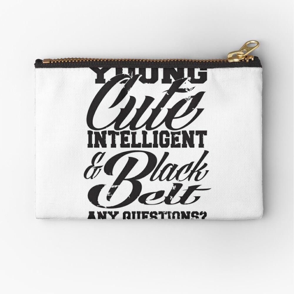 Joven linda inteligente y cinturón negro Bolsos de mano