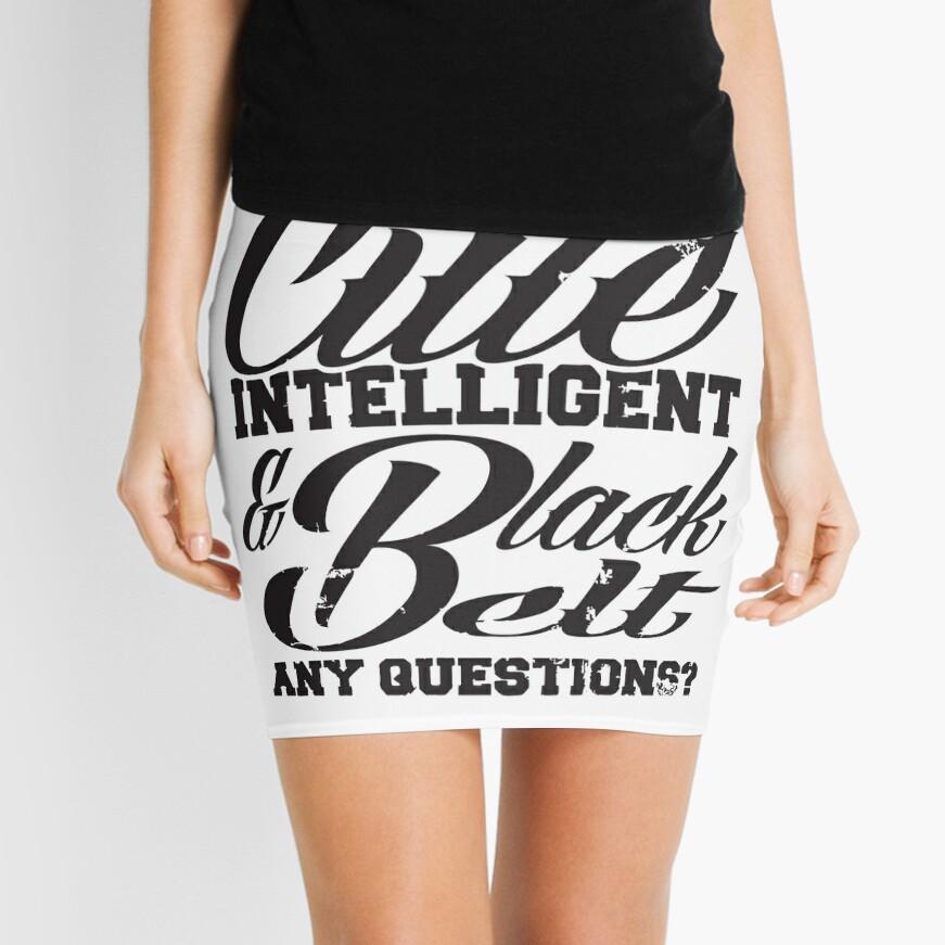 Joven linda inteligente y cinturón negro Minifalda
