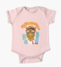 Herr, hilf uns, er ist wieder in seinem rosa Alf-Hemd Baby Body Kurzarm