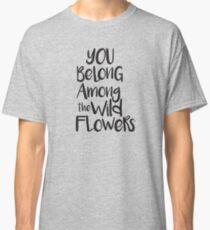 Camiseta clásica Usted pertenece entre las flores silvestres
