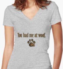 Camiseta entallada de cuello en V Me tienes en Woof.