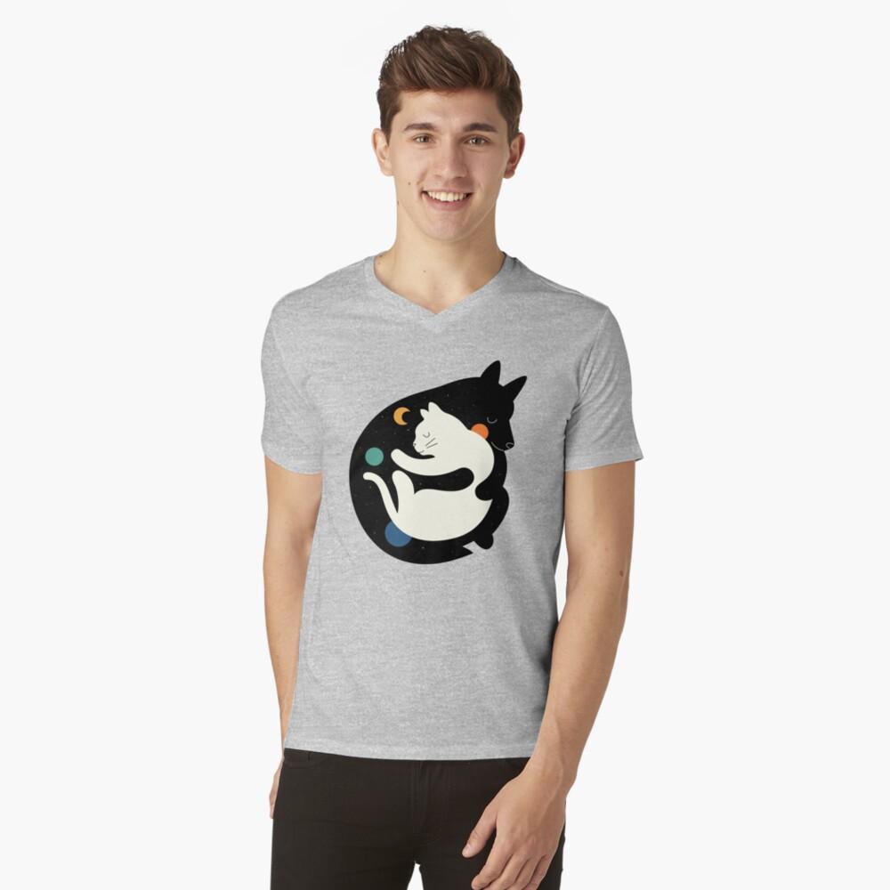 Mehr Umarmungen Weniger Kämpfe T-Shirt mit V-Ausschnitt