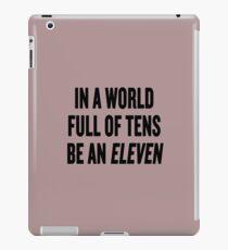 """Vinilo o funda para iPad Cosas extrañas """"En un mundo lleno de decenas, sé un once"""""""