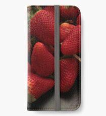 Fresas en una caja de madera. iPhone Wallet