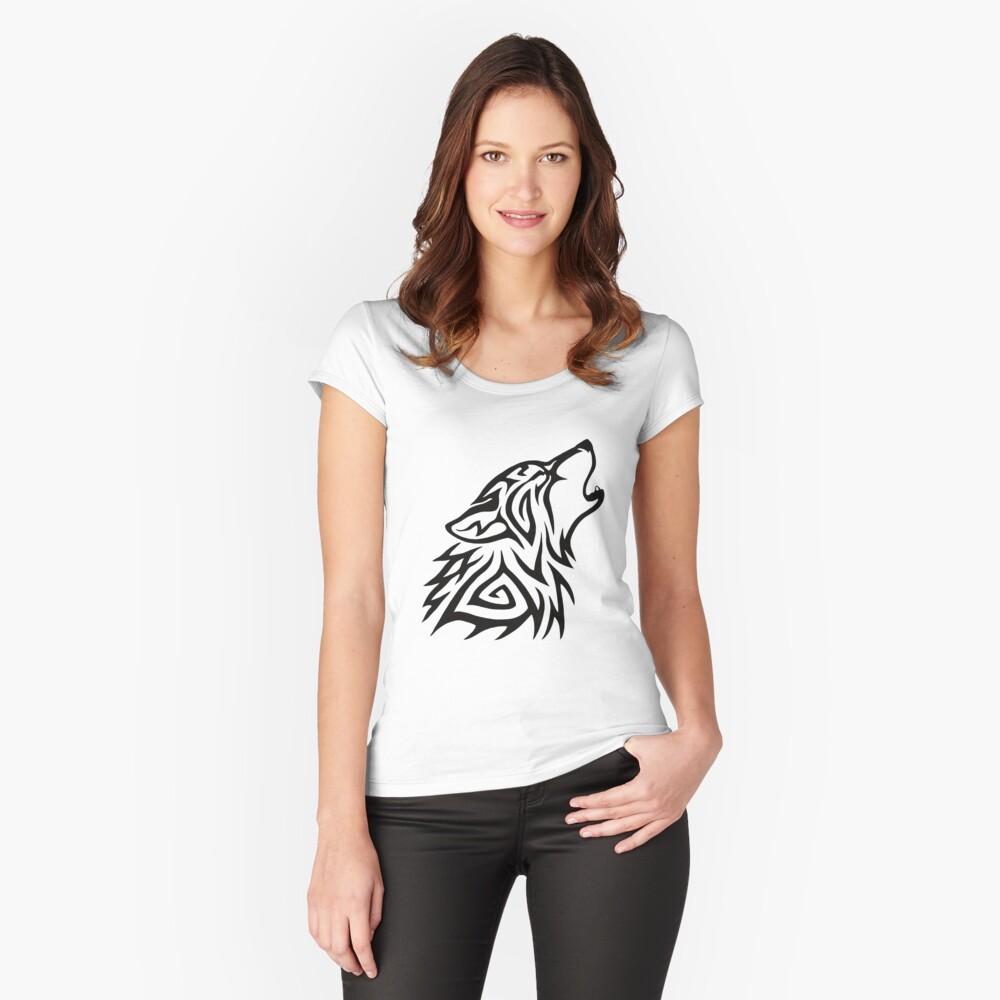 Aullido de lobo tribal Camiseta entallada de cuello ancho