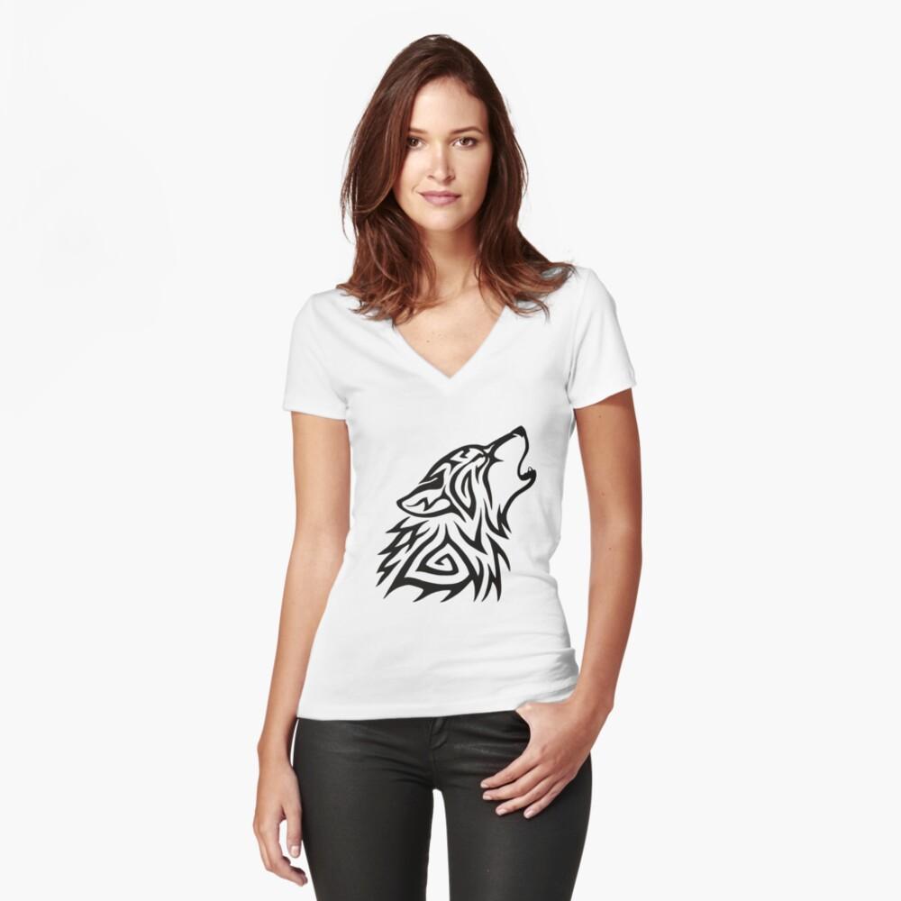 Aullido de lobo tribal Camiseta entallada de cuello en V