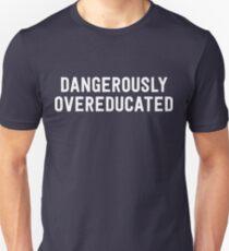 Gefährlich überqualifiziert Slim Fit T-Shirt