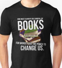 Camiseta ajustada Siempre ten cuidado con los libros