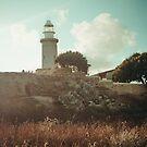 Leuchtturm bei Sonnenuntergang. Sonnige und warme Landschaft von Viktoriia