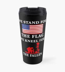Taza de viaje Defendemos la bandera Nos arrodillamos por los caídos