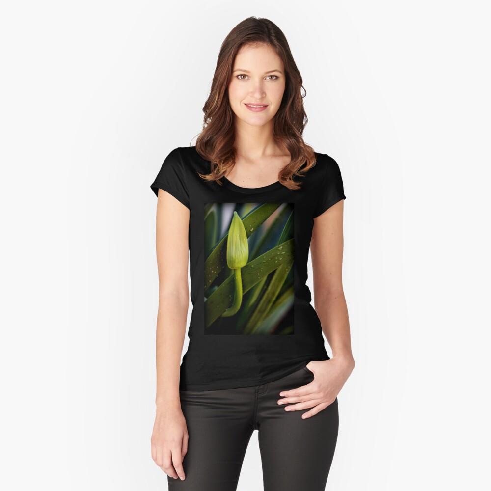 Ich warte nur auf Bloom Tailliertes Rundhals-Shirt