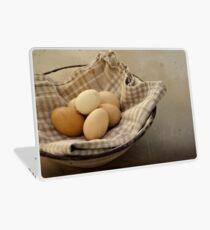 « Eggs from the buxom-Farm Girl » Laptop Skin