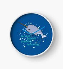 Ehrfürchtige Narwhals, die im Ozean schwimmen Uhr