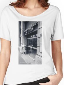 The old lady reading Women's Relaxed Fit T-Shirt