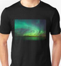 Nordlichter über See in Finnland Slim Fit T-Shirt