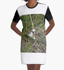 Schmetterling auf Müllers Schneenzian T-Shirt Kleid