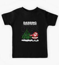 Nettes lustiges Abtupfen durch den Schnee Kinder T-Shirt