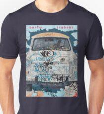 Camiseta ajustada Coche trabante de Berlín en el muro de Berlín