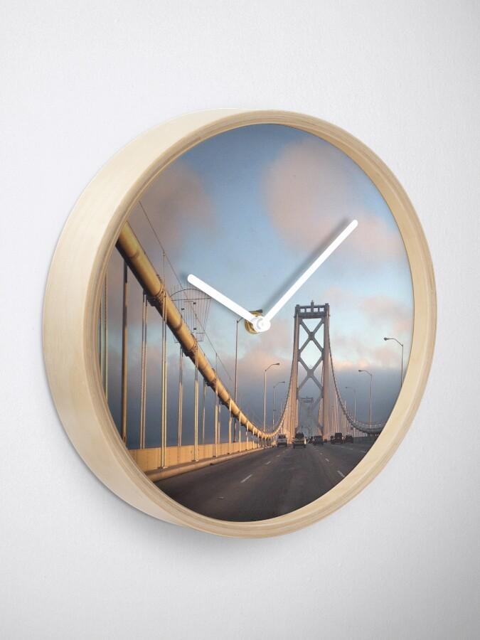 Vista alternativa de Reloj Puente de la bahía de San Francisco al atardecer