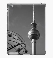 Fernsehturm in schwarz-weiß iPad Case/Skin