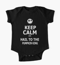 Behalte Ruhe und grüße den Kürbiskönig Baby Body Kurzarm
