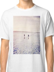 Surfers in the snow. T-shirt Classique