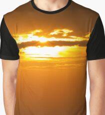 ein Schiff im Sonnenuntergang Graphic T-Shirt