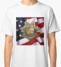Camiseta clásica Patrulla de Caminos de California - Insignia de oficial de policía de CHP sobre bandera estadounidense