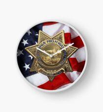 Reloj Patrulla de Caminos de California - Insignia de oficial de policía de CHP sobre bandera estadounidense