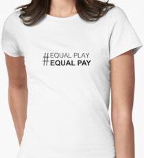 Gleiches Spiel, gleiches Gehalt Tailliertes T-Shirt