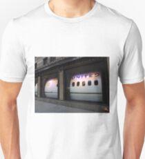 Camiseta unisex Avión en una ventana de la tienda, 5th Avenue, Nueva York