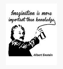 Lámina fotográfica Albert Einstein t shirt Imagination is more important than knowledge
