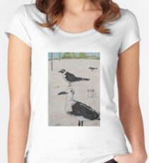 """WAITING"" - SEAGULLS ON THE BEACH - PENS Tailliertes Rundhals-Shirt"