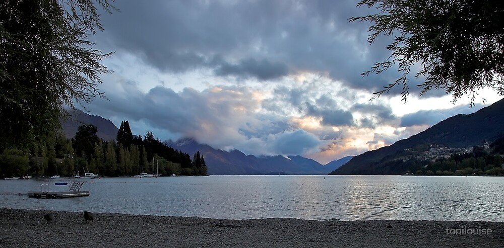 Sunset over Lake Wakatipu by tonilouise