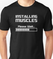 Muskeln installieren Bitte warten Ladebalken Slim Fit T-Shirt