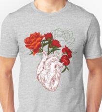 Camiseta ajustada dibujo corazón humano con flores