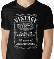 Vintage Limited 1977 Edition - 40th Birthday Gift Men's V-Neck T-Shirt