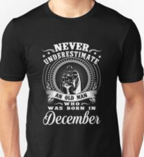 Never underestimate an old man who was born in december T-shirt T-Shirt