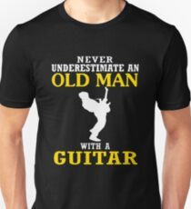 Never underestimate an old man with a guitar T-shirt Unisex T-Shirt
